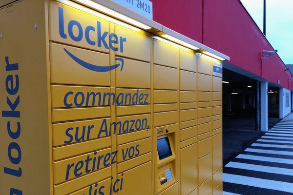 """Un """"locker"""" du géant de la vente en ligne installée sur le parking d'un supermarché de Foulayronnes en Lot-et-Garonne"""