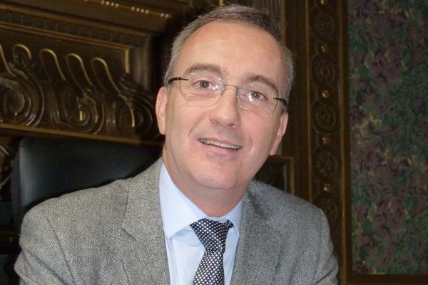 Jean-Carles Grelier dans sa mairie de La Ferté-Bernard, dans l'est de la Sarthe.