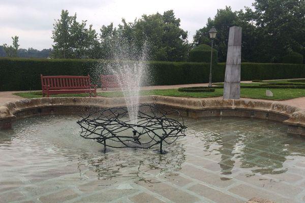 Place Aux Arts à Fougères : la couronne d'eau et la colonne de Vincent Barré
