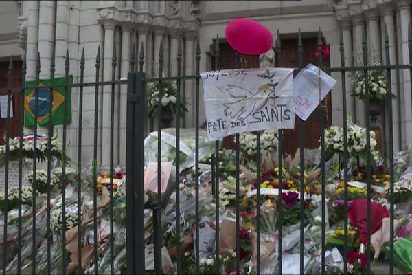Des centaines de fleurs, des messages et des ballons ainsi que le drapeau brésilien, ornent les marches de la basilique Notre-Dame.