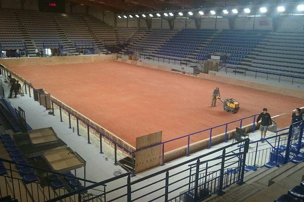 La terre battue a recouvert le parquet de la Chorale de Roanne en prévision de la prochaine rencontre de Fed Cup de Tennis qui se jouera dans la Loire