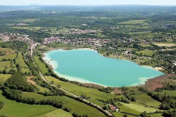Une photo aérienne de Clairvaux-les-Lacs.