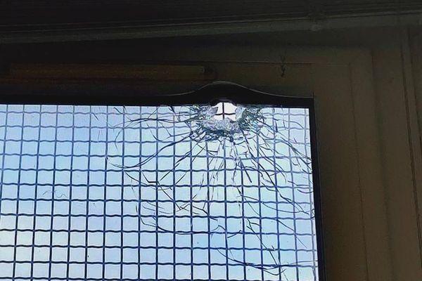Impact de balle relevé sur la vitre d'une école maternelle du 13e arrondissement de Marseille