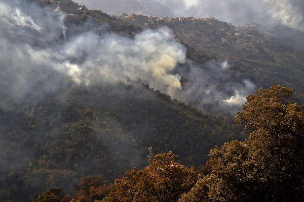 Des incendies dans la région d'Ait Douad, au nord de l'Algérie, le 13 août 2021.