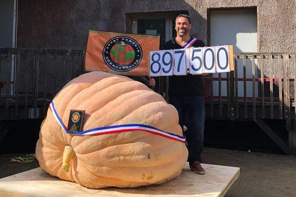 Mehdi Daho bat le record de France du plus gros potiron avec 897,5 kg, octobre 2021