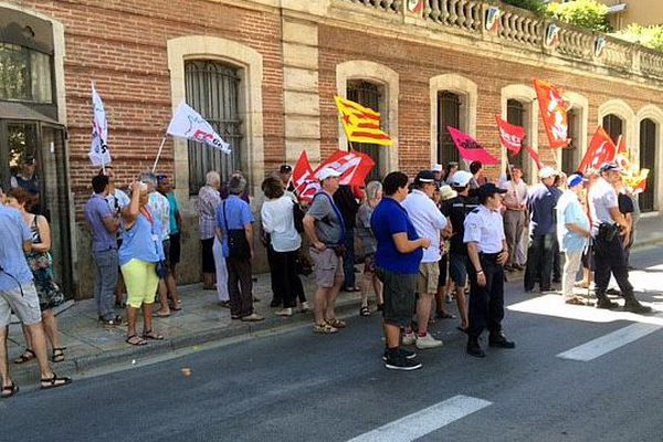 Perpignan - des manifestants rassemblés devant la préfecture lors de la visite de François Hollande - 28 juillet 2016.