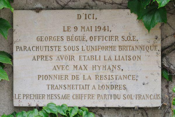 Sur la façade de la maison située 14 rue des              Pavillons à Châteauroux, une plaque témoigne aujourd'hui              de la 1ère liaison radio avec l'Angleterre.