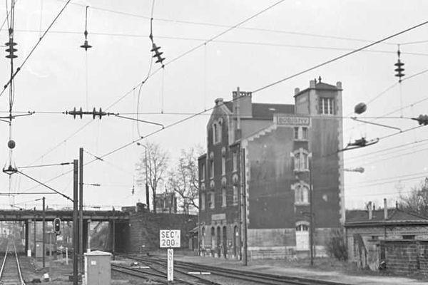 Vue du bâtiment voyageurs de la gare de Bobigny (mars 1984).