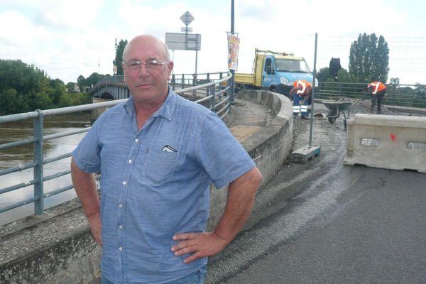 Le maire de Saint-Jean-de-Blaignac devant le pont fermé à la circulation