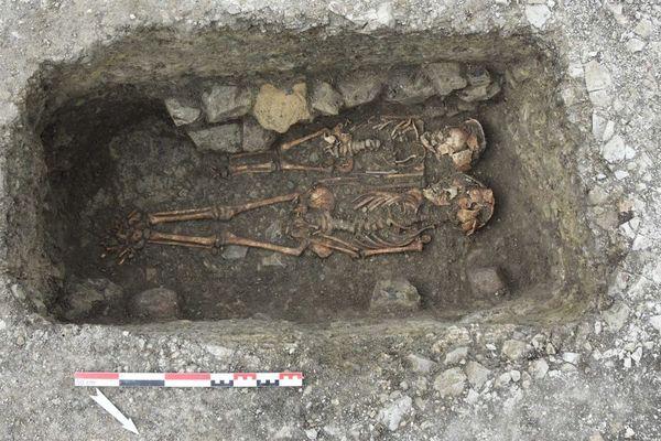 Une quarantaine de sépultures datant probablement du Moyen-Age ont été découvertes à Bas-et-Lezat, dans le Puy-de-Dôme
