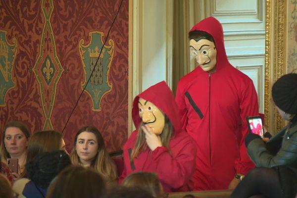 """L'entrée des braqueurs espagnols de """"La Casa de Papel"""", équipés de leur combinaison rouge et de leur masque de Dali."""