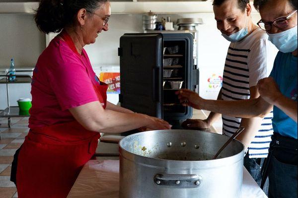 Ils sont trois bénévoles à préparer les repas de ce vendredi 10 avril 2020
