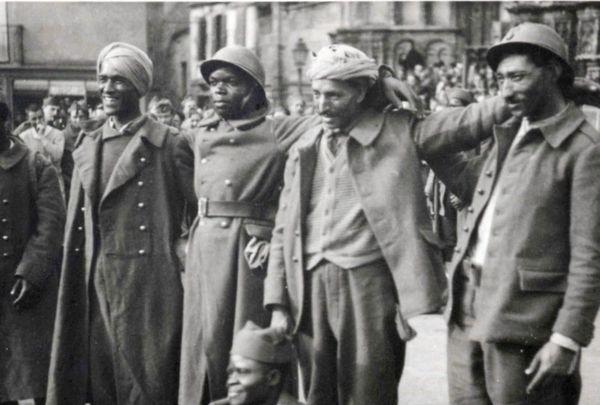 Cette photographie n'est pas datée mais selon l'archiviste Michaël Boudard, elle aurait pu être prise mi-juin 1940 car les soldats regardent un autre objectif que celui du photographe. Une télévision allemande est justement passée à ce moment-là dans la région