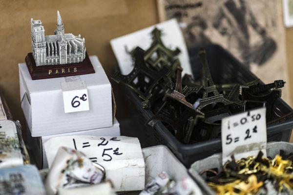 Une miniature de la Cathédrale Notre-Dame de Paris dans une boutique de souvenirs