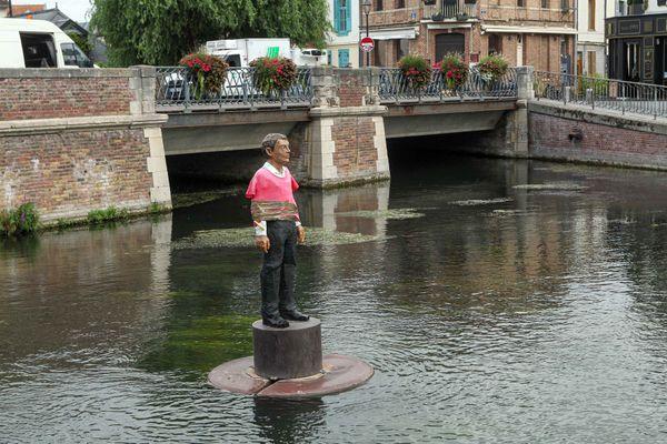 La statue de l'Homme sur sa bouée située dans le quartier Saint-Leu à Amiens a été taguée durant le week-end des 22 et 23 août 2020