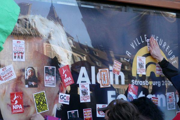 """""""La Fabrique"""", le local de campagne d'Alain Fontanel, recouvert d'autocollants par les manifestants"""