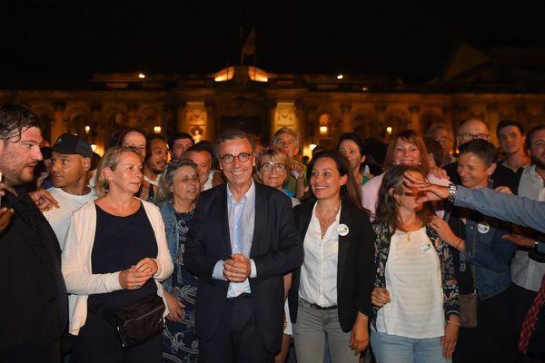 Pierre Hurmic entouré de son équipe devant le Palais Rohan, au soir de sa victoire aux élections municipales de Bordeaux, le 29 juin 2020.