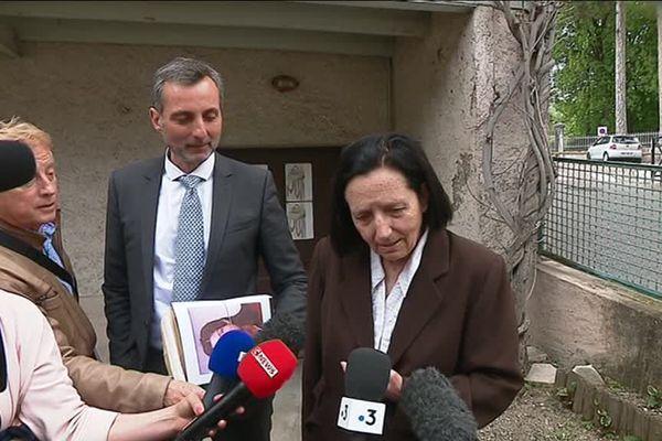 La mère de Lucie Roux, aux côtés de l'avocat Maître Christian Saint-André, lors d'une conférence de presse suite au classement sans suite du dossier en novembre 2019.