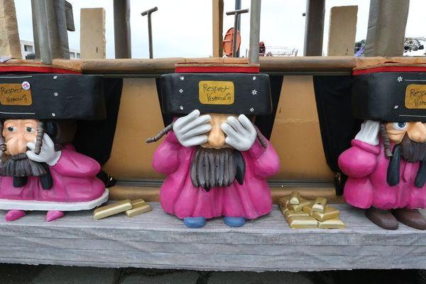 Des figurines caricaturant des Juifs orthodoxes sur un char du carnaval d'Alost 2020.