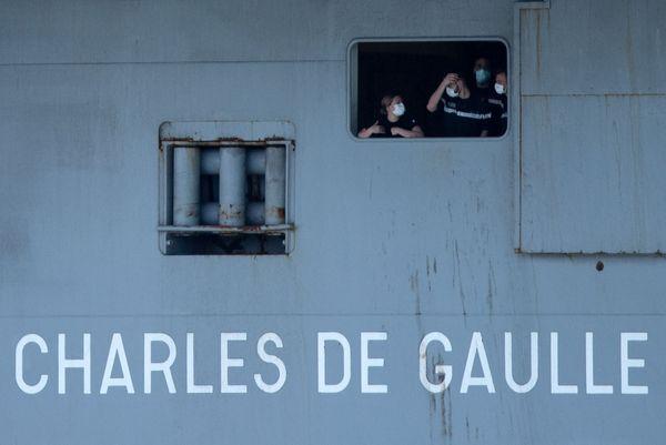 Les marins du Charles-de-Gaulle ont été débarqués à son retour à Toulon (Var) puis confinés, avant d'être testés au Covid-19.