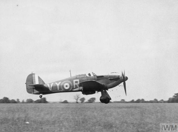 Un Hurricane du 85 Squadron décollant de la base de Castle Camps en juillet 1940.