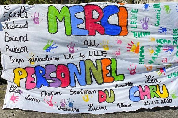 La banderole de soutien déployée à l'entrée du CHU de Lille.
