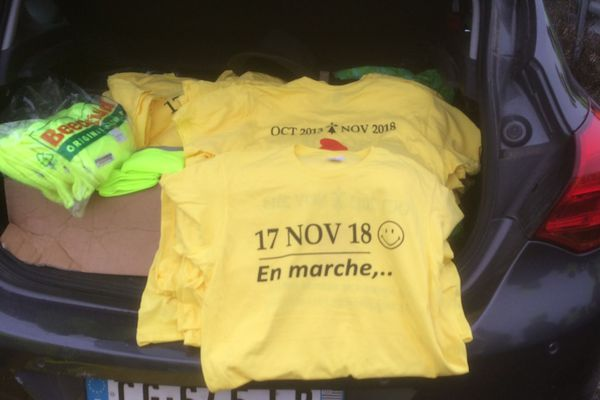 Le groupe de gilets jaunes parti de Noyal Chatillon s'est équipé de T-Shirts jaunes également