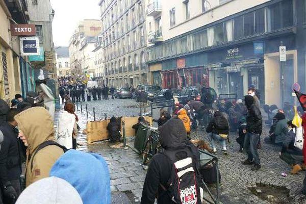 Manif à Rennes, les manifestants démontent les pavés rue du Maréchal Joffre