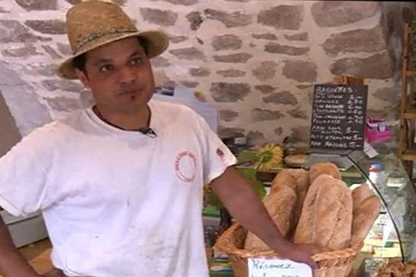 Soudorgues (Gard) - le boulanger cévenol est un Afghan - août 2015.