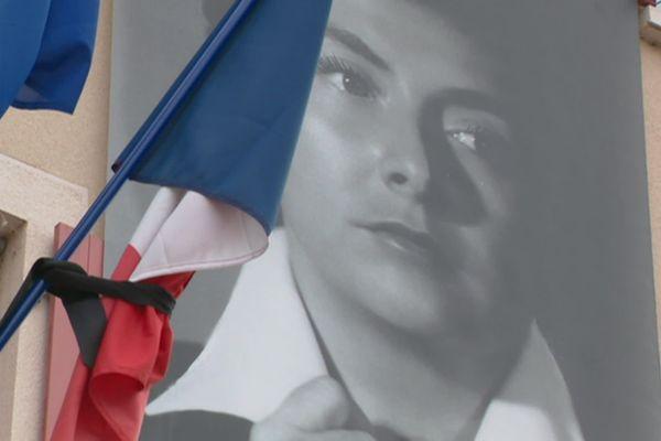 Drapeaux en berne et photos de la défunte à l'hôtel de ville de Montmerle-sur-Saône, en deuil.