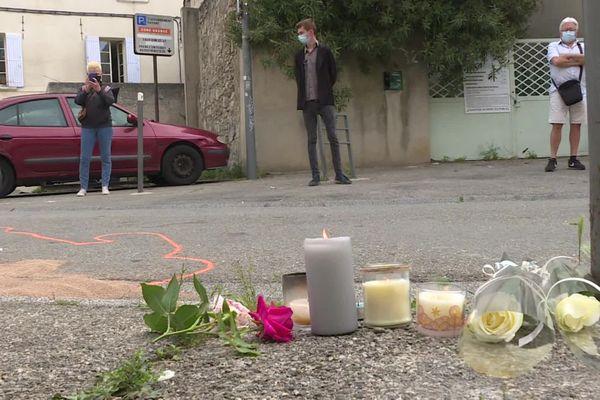 Des Avignonais sont venus se recueillir à l'endroit où le policier a été tué.