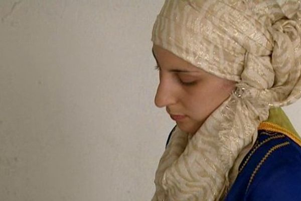 Dans les cuisines de la Grande Mosquée, Isma prépare le premier repas de rupture du jeûne.
