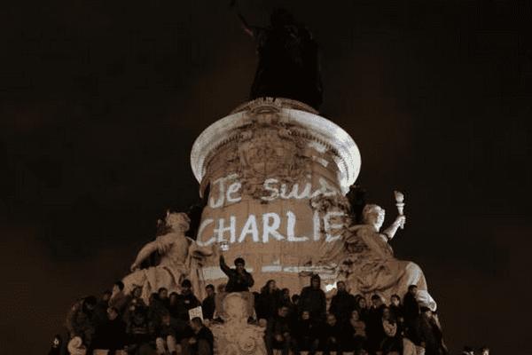 """Des manifestants réunis sur la place de la République, à Paris, en hommage aux victimes de l'attaque qui a visé le siège de """"Charlie Hebdo"""", le 7 janvier 2015."""