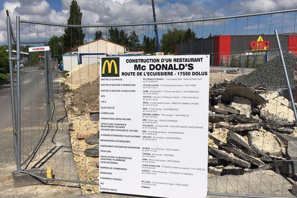 Le Mc Do de Dolus-d'Oléron, encore en construction, devait ouvrir à la fin du mois de juin
