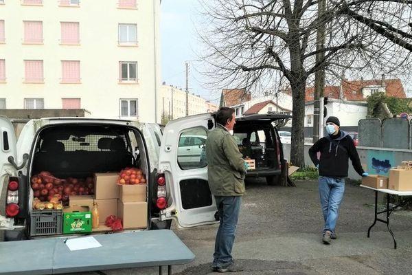 A cause de la crise du COVID-19, seuls les producteurs locaux manipulent les produits livrés aux adhérents de l'AMAP Les Jardins de Virgile, à Dijon.