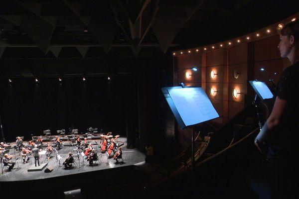 Pour respecter les règles sanitaires lors de leur premier concert en public post-covid 19, les musiciens de l'Orchestre de Piacrdie ont été répartis dans la salle.