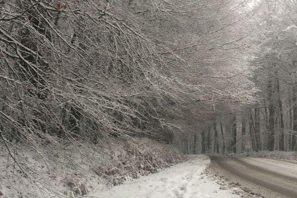 Route enneigée dans les Côtes-d'Armor entre Plaintel et Ploeuc-L'Hermitage.