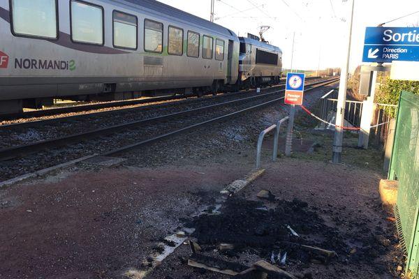 A la gare de Frénouville, un train reliant Caen à Paris a été arrêté plusieurs heures à cause du blocage des manifestants contre la réforme des retraites.
