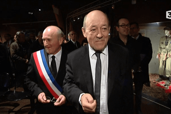 Jean-Yves Le Drian visite le musée de la résistance bretonne à Saint-Marcel (56)