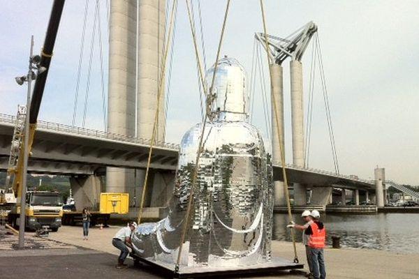 Installation d'un Bouddha géant sur le pont Flaubert à Rouen.
