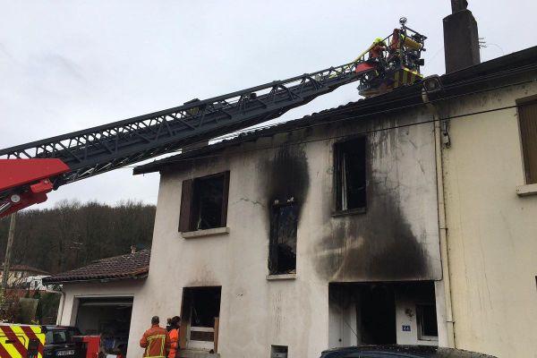 Parti du rez-de-chaussée, le feu a progressé jusqu'à la toiture.