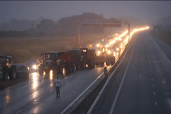 Avec plus de 250 tracteurs, les agriculteurs ont pu réaliser des opérations simultanées toute la nuit à Caen.