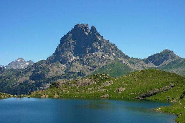 Le lac d'Ayous surplombé par le Pic du Midi d'Ossau.