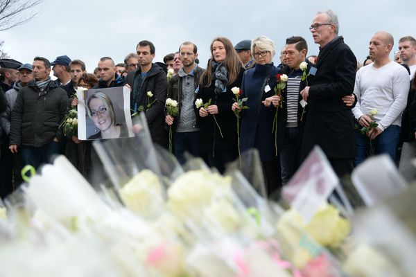 Jonathann Daval entouré de la famille de son épouse, lors d'une marche en hommage à Alexia Daval, dont il finira par avouer le meurtre.