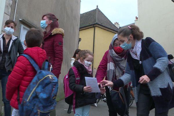 Le masque est désormais obligatoire pour aller à l'école, dès l'âge de 6 ans.