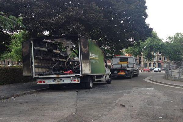 Camion de l'école du cirque Jules Verne d'Amiens incendié. (France 3 Picardie)