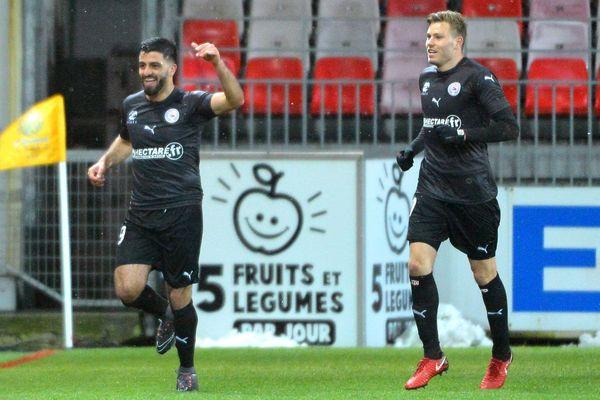 """Les """"Crocodiles"""" de Nîmes, vainqueurs à Brest (2-0) lundi en clôture de la 30e journée de Ligue 1, affirment leur statut de dauphins du leader, Reims."""