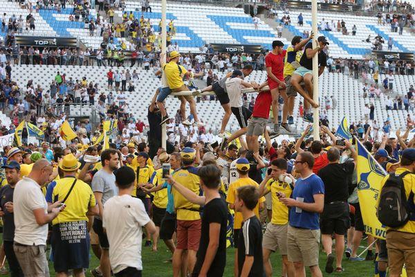 Après le match ASM Racing, des supporters envahissaient le stade vélodrome de Marseille.