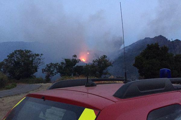 11/08/17 - Au petit matin, les sapeurs-pompiers étaient en attente de l'intervention des moyens aériens.