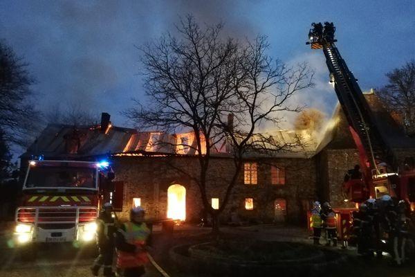 Les saeurs pompiers sont intervenus pour circonscrire l'incendie au manoir de al Grée à Soulvache près de Châteaubriant